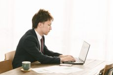 ホームページの更新を行う介護事業所管理者
